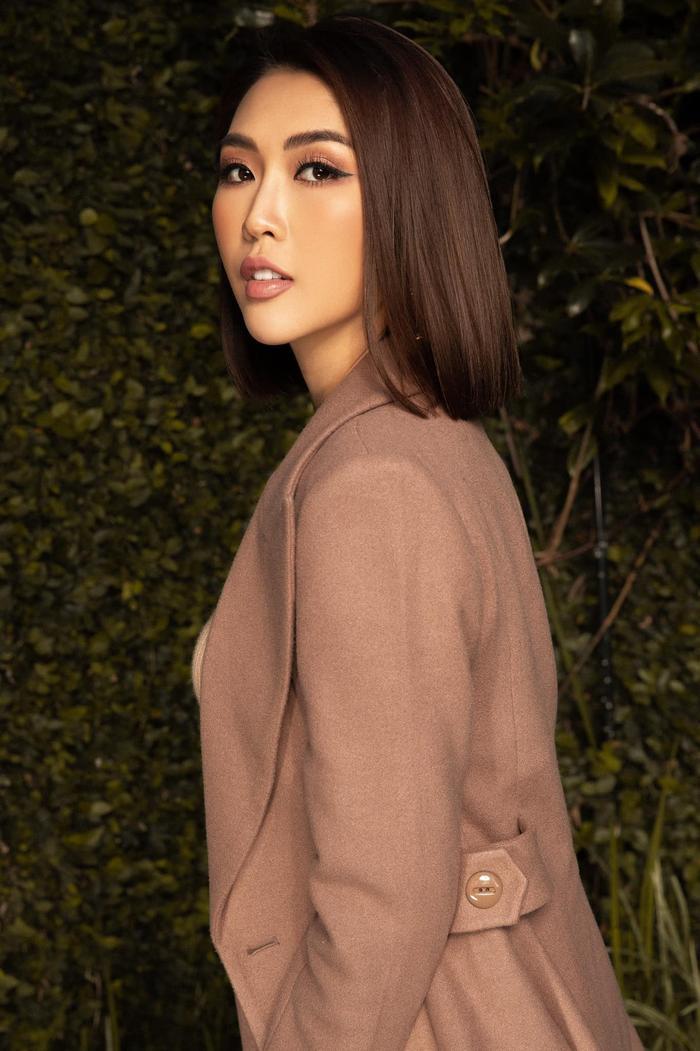 'Lầy' như Hoa hậu Tường Linh: Mượn một loạt vỏ chai làm… micro để cover hit của Đen Vâu