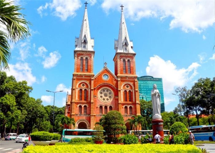 Công trình kiến trúc độc đáo tỏa sáng bên những ngọn đèn, nhà thờ Đức Bà sẽ là nơi lưu giữ lại những bức ảnh kỉ niệm đón giao thừa bên những người thân yêu tuyệt vời nhất của bạn.