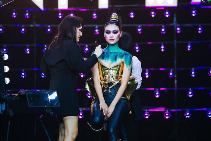 Master Julia Voron trực tiếp training ngay tại khán phòng của makeup show.