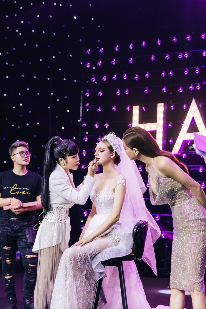 Hồ Ngọc Hà cùng CEO Hạnh Lâm hoàn thiện phần đánh son trên mẫu.