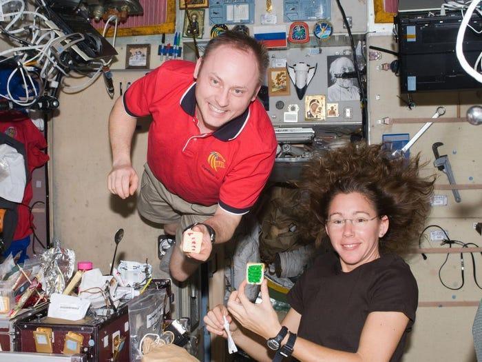 Trong nhiều năm, các phi hành gia đã phải làm những chiếc bánh quy trong môi trường không trọng lượng. Vào tháng 11 năm nay, một chiếc lò nướng bánh trong không gian đã được chuyển lên trạm không gian quốc tế ISS để các phi hành gia có thể thoải mái nướng bánh quy. Dù vậy, NASA nói rằng các phi hành gia sẽ chỉ nước 5 chiếc bánh quy thử nghiệm và không nên ăn chúng.