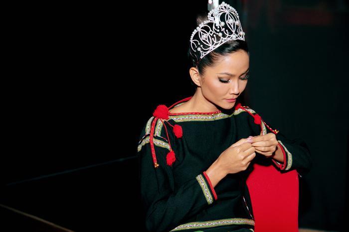 Khoảnh khắc chia tay nhiệm kỳ: Phương Khánh  HHen Niê xúc động mạnh, Hương Giang cầu toàn đáng nể phục ảnh 16