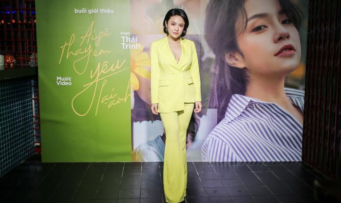 Thái Trinh giới thiệu ca khúc Ai Sẽ Thay Em Yêu Lại Anh trong buổi họp báo gần đây.