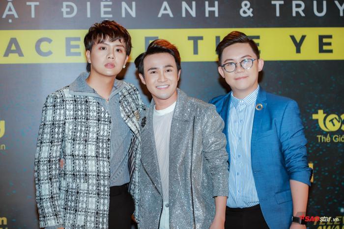 Duy Khánh (trái) tại thảm đỏ sự kiện.