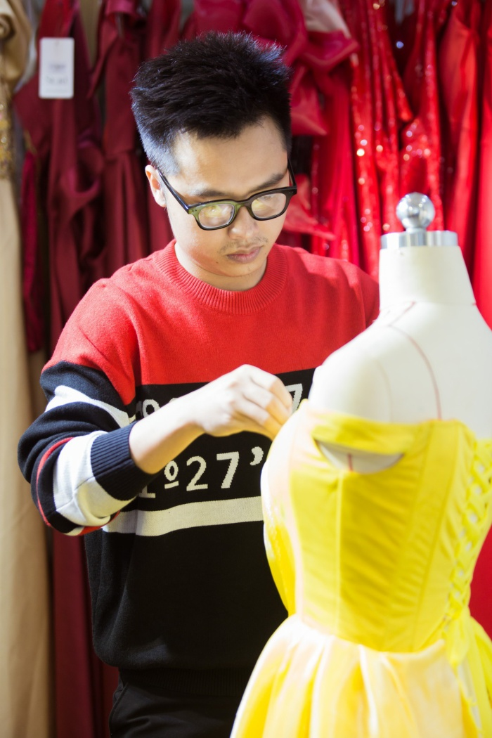 """Anh còn biết đến với cương vị là nhà thiết kế """"đứng sau"""" những bộ trang phục lộng lẫy của các mỹ nhân trong showbiz Việt"""