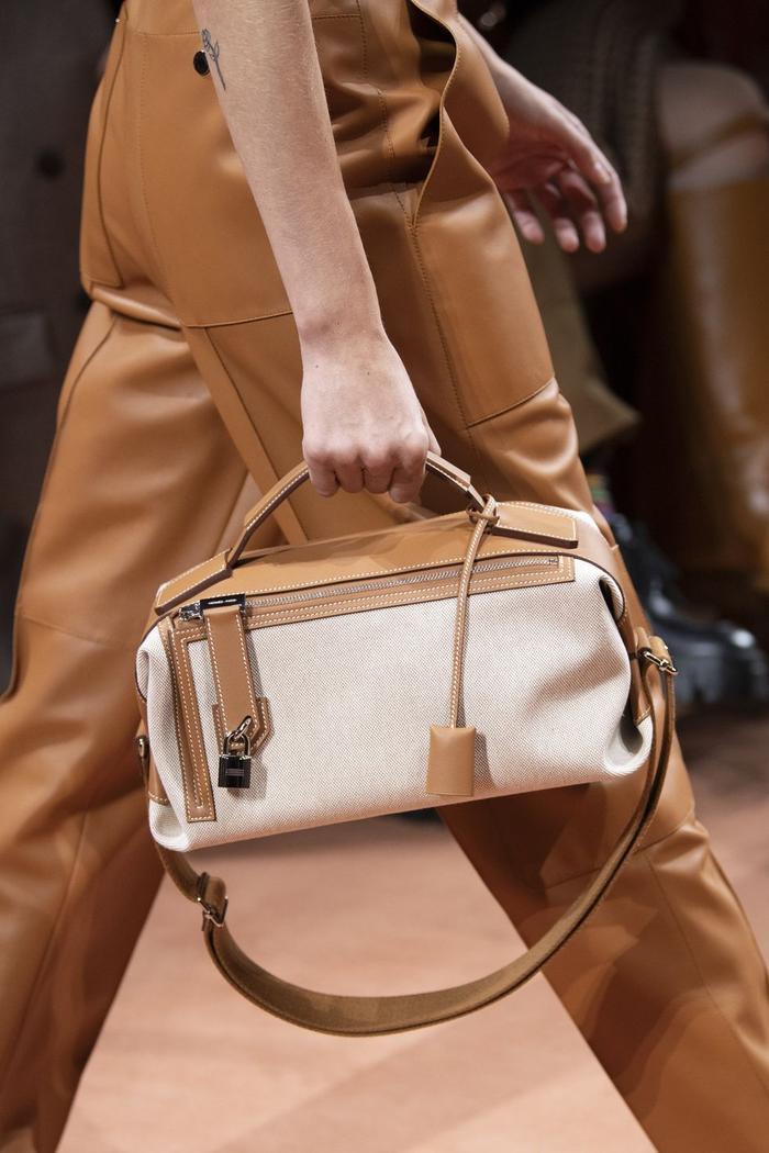 12 xu hướng túi xách mới lạ sẽ thống trị street style năm 2020 ảnh 0