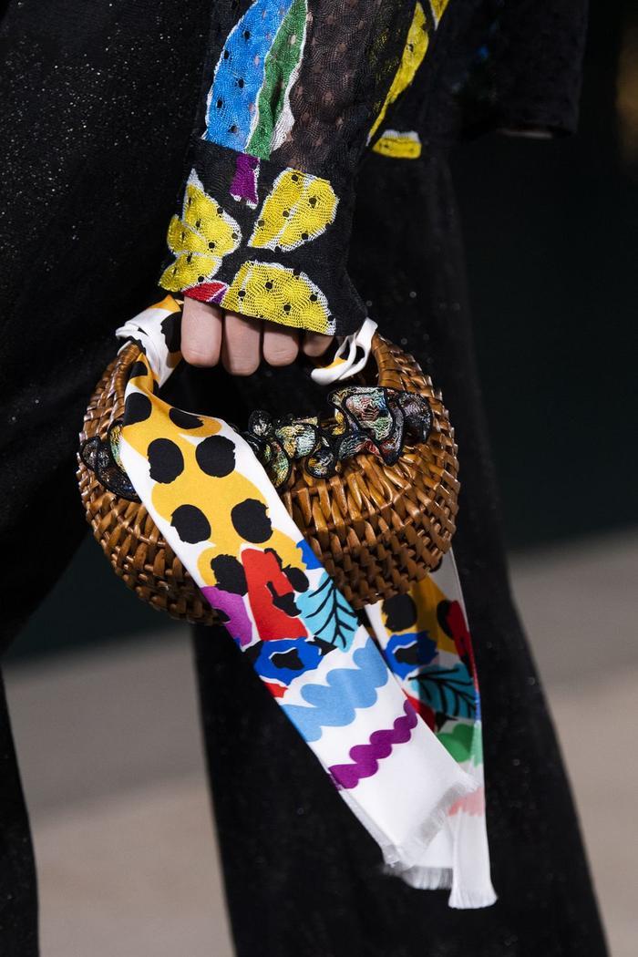 12 xu hướng túi xách mới lạ sẽ thống trị street style năm 2020 ảnh 11