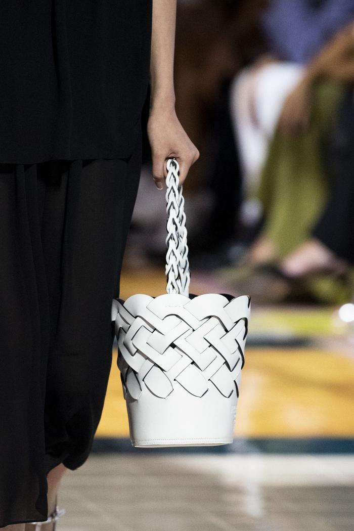 12 xu hướng túi xách mới lạ sẽ thống trị street style năm 2020 ảnh 5