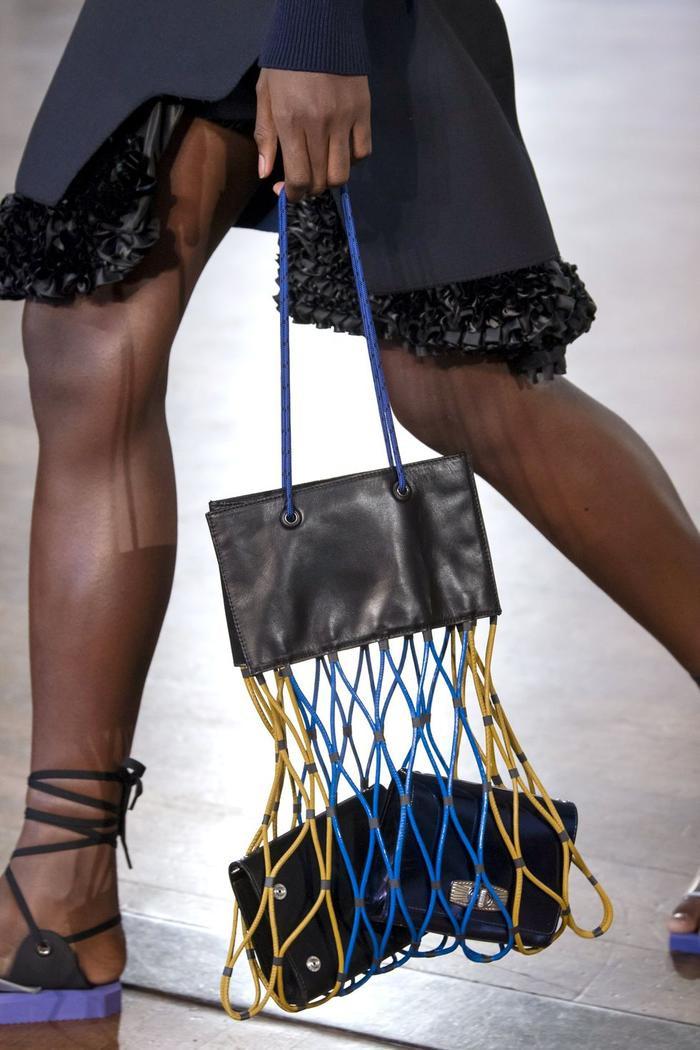 12 xu hướng túi xách mới lạ sẽ thống trị street style năm 2020 ảnh 25