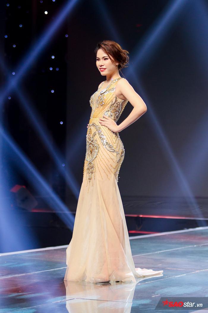 Cô gái Nguyễn Hồng Ngọc lộng lẫy với trang phục dạ hội
