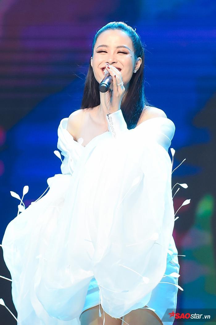 Nữ ca sĩ Đông Nhi bùng nổ tại đêm chung kếtHoa khôi sinh viênNHG 2020 ĐH Gia Định.