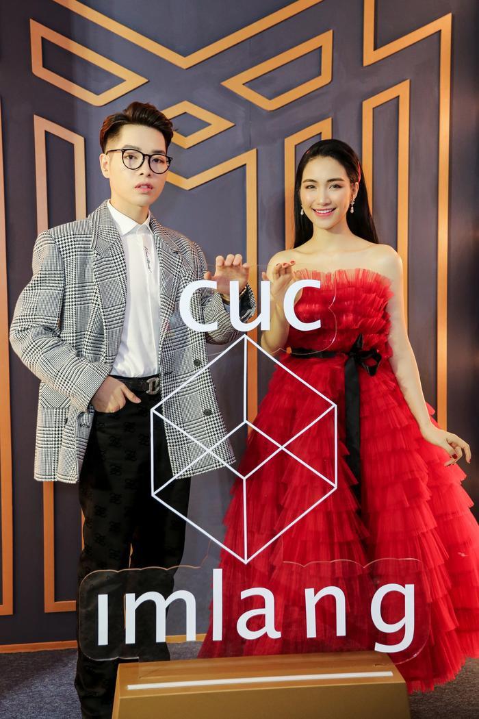 Sơn Tùng xuất hiện cực chất, Khánh Vân, Kim Duyên,Thúy Vân diện đồng điệu đi xem triển lãm thời trang ảnh 10