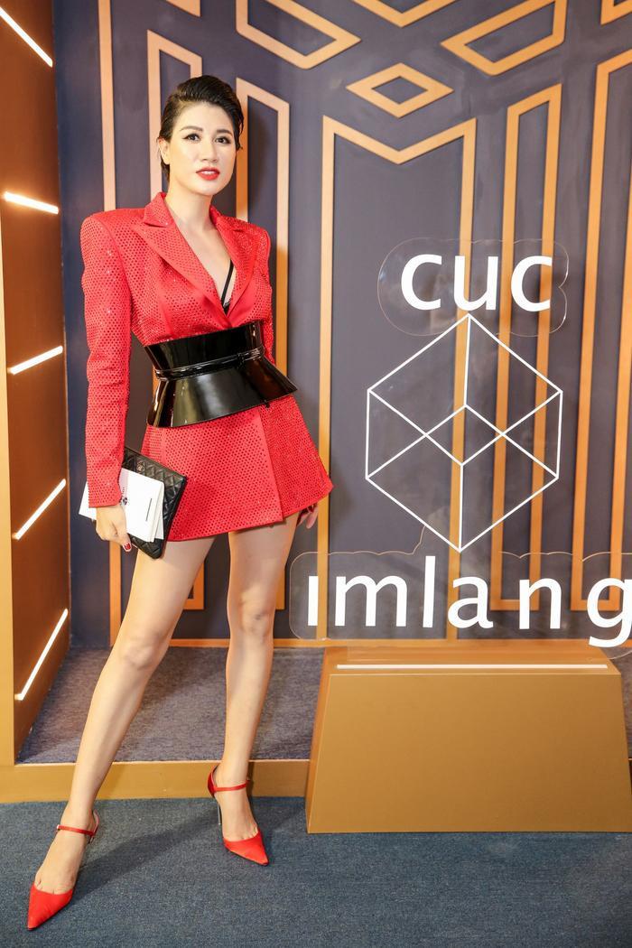 Sơn Tùng xuất hiện cực chất, Khánh Vân, Kim Duyên,Thúy Vân diện đồng điệu đi xem triển lãm thời trang ảnh 9