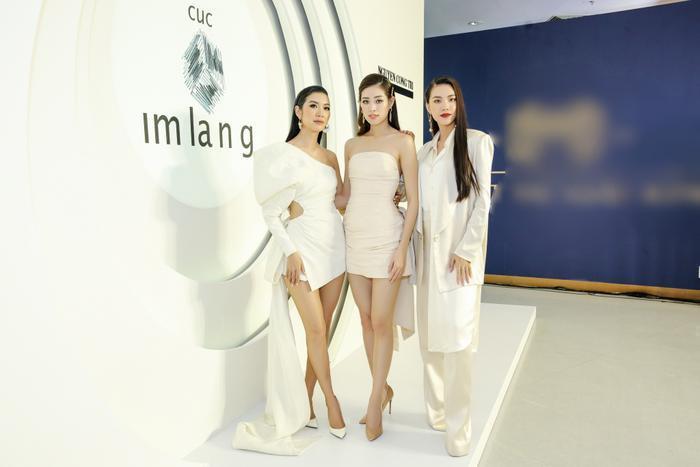 Sơn Tùng xuất hiện cực chất, Khánh Vân, Kim Duyên,Thúy Vân diện đồng điệu đi xem triển lãm thời trang ảnh 4