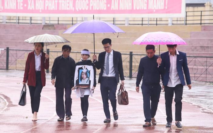 Người thân ôm di ảnh nạn nhân đến chờ Toà tuyên án các bị cáo.