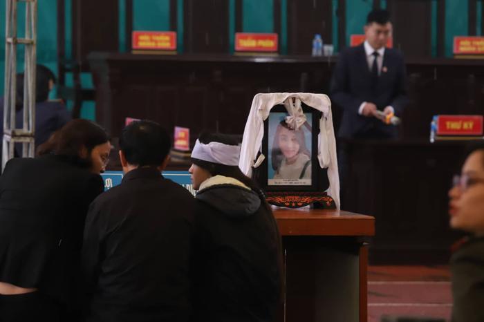 Người thân mang di ảnh nữ sinh Cao Mỹ Duyên đến phiên tòa