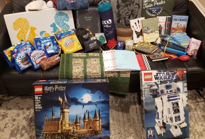 Những món quà mà Bill Gates gửi tới một người dùng Reddit vào mùa giáng sinh năm nay. (Ảnh: Reddit)