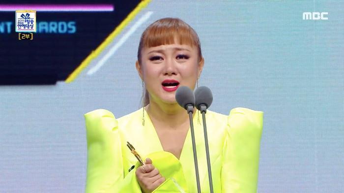 Park Na Rae vô cùng xúc động và bày tỏ lòng cám ơn khi lần đầu tiên nhận được giải Daesang