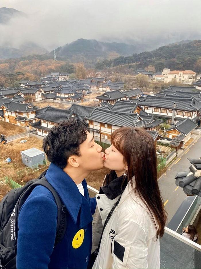 Giữa tháng 11 vừa qua, cặp đôi cũng khoe ảnh khóa môi nhau say đắm giữa tiết trời Hàn Quốc