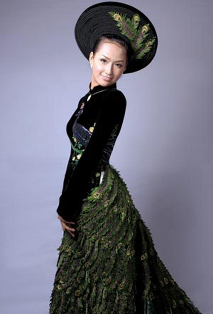 Bộ áo dài đen cách điệu với đuôi công kết cườm và kim sa đã giúp Mai Phương Thúy lọt top 20 thí sinh mặc trang phục dân tộc đẹp nhất. Với sự cố thất lạc hành lý, Mai Phương Thúy sử dụng luôn bộ áo dài này cho phần thi dạ hội ở cuộc thi Miss World 2006.