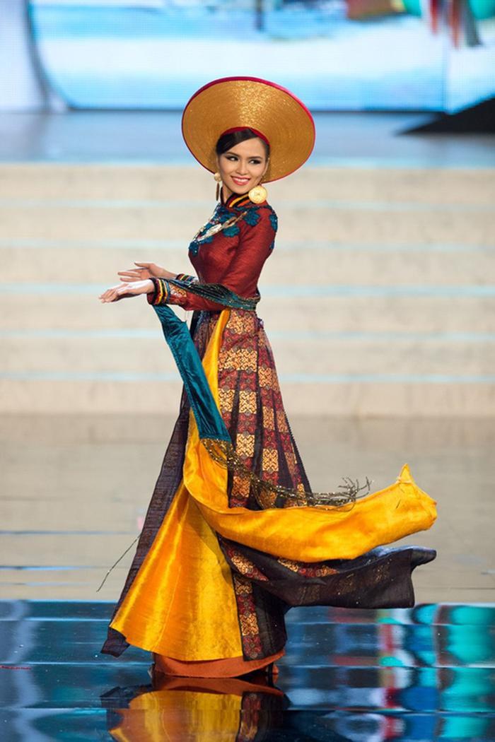 Bộ áo dài dát vàng được NTK Thuận Việt phù phép hoàn hảo khisự kết hợp giữa rồng được chạm trổ cầu kì cùng với các họa tiết thổ cẩm đặc trưng của các dân tộc miền núi phía Bắc được Diễm Hương mang đến Miss Universe 2012.