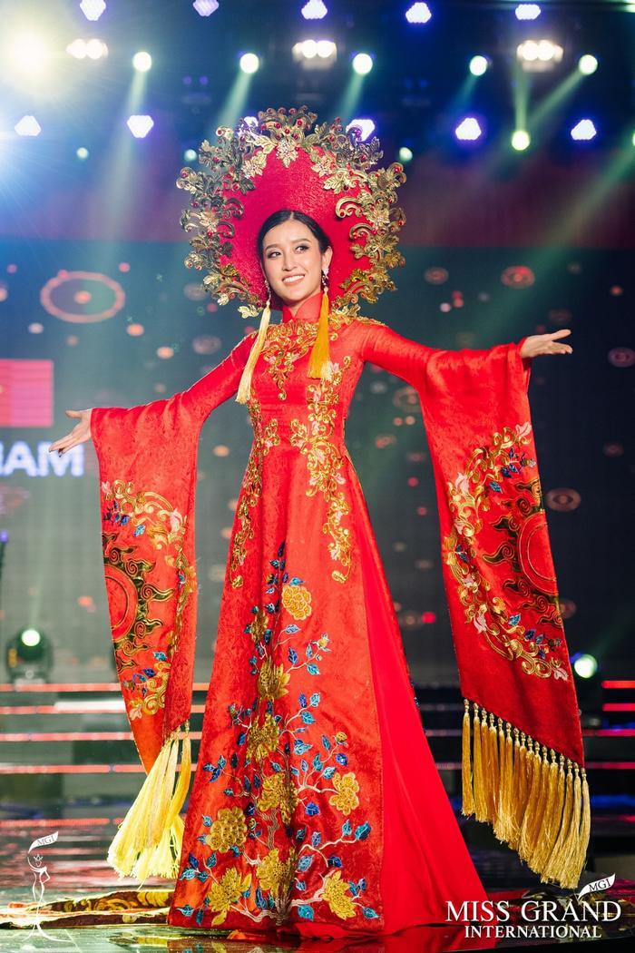 Trên sân nhà tại Miss Grand International 2017 – Huyền My đã làm fan Việt nở mũi với bộ áo dài màu đỏ nặng tới 30 kg cùng điểm nhấn là chiếc mấn màu vàng hoàng gia chạm trổ tinh xảo. Cùng thành tích Top 10 chung cuộc thì Huyền My cũng được xếp vào Top 10 thí sinh có phần trình diễn National Costume xuất sắc nhất.