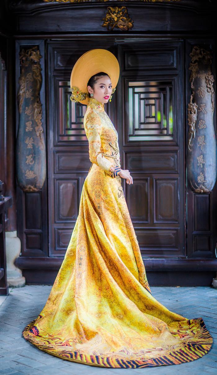 Tại cuộc thi Miss International 2015 – Thúy Vân đã mặc bộ áo dài đại diện cho văn hóa truyền thống của Việt Nam lấy màu chủ đạo là vàng đồng, tượng trưng chosự vương giả, quyền quý nhưng không kém phần tinh tế. Thiết kế cầu kì này được đính kết bởi 2000 viên pha lê tạo hiệu ứng lấp lánh trên sân khấu.