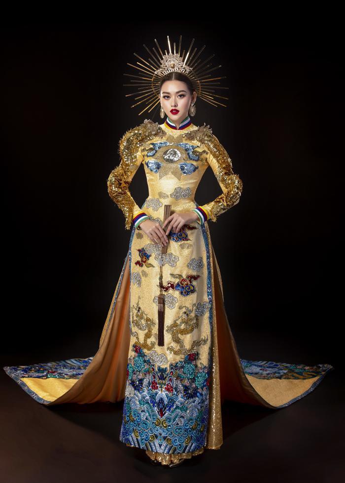 Tường San là trở thành niềm tự hào cho nhan sắc Việt năm 2019 khi xuất sắc cán đích ở vị trí Top 8 Miss International 2019. Đồng thời cô gái sinh năm 2000 cũng chính là chủ nhân của giải thưởng Best National Costume với thiết kế mang tên Rồng chầu mặt trời. Lộng lẫy, tinh xảo, trang nghiêm là những mỹ từ dành cho bộ áo dài tuyệt đẹp của Tường San.