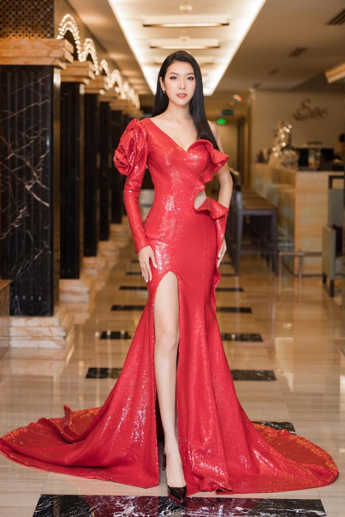 Á hậu Thúy Vân thay hai bộ váy quyến rũ, nhưng gặp sự cố bất ngờ đến te tua ảnh 1