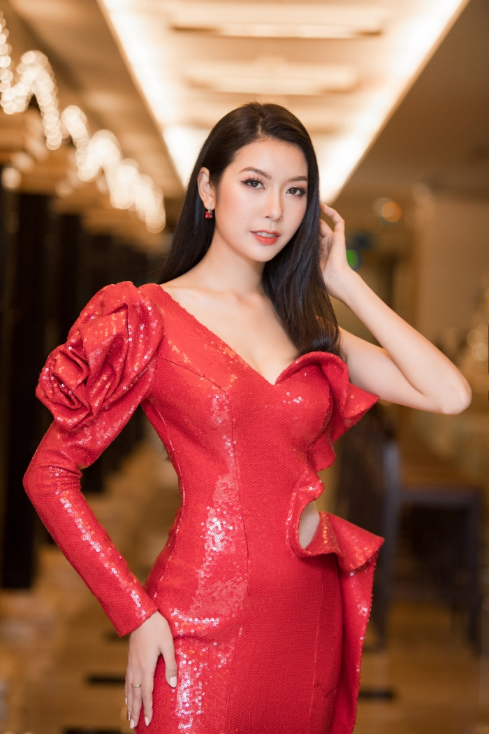 Á hậu Thúy Vân thay hai bộ váy quyến rũ, nhưng gặp sự cố bất ngờ đến te tua ảnh 2