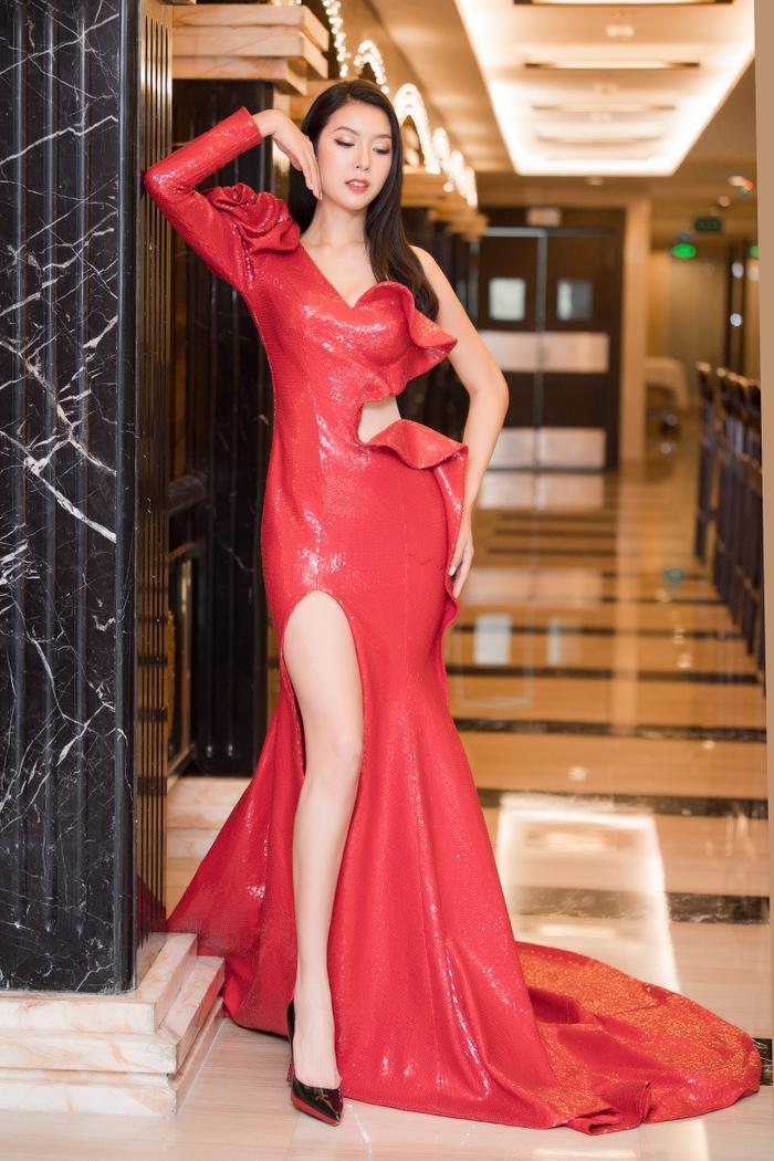 Á hậu Thúy Vân thay hai bộ váy quyến rũ, nhưng gặp sự cố bất ngờ đến te tua ảnh 0