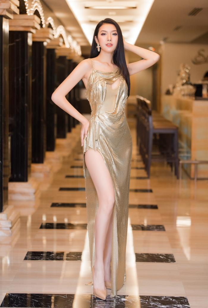 Á hậu Thúy Vân thay hai bộ váy quyến rũ, nhưng gặp sự cố bất ngờ đến te tua ảnh 6