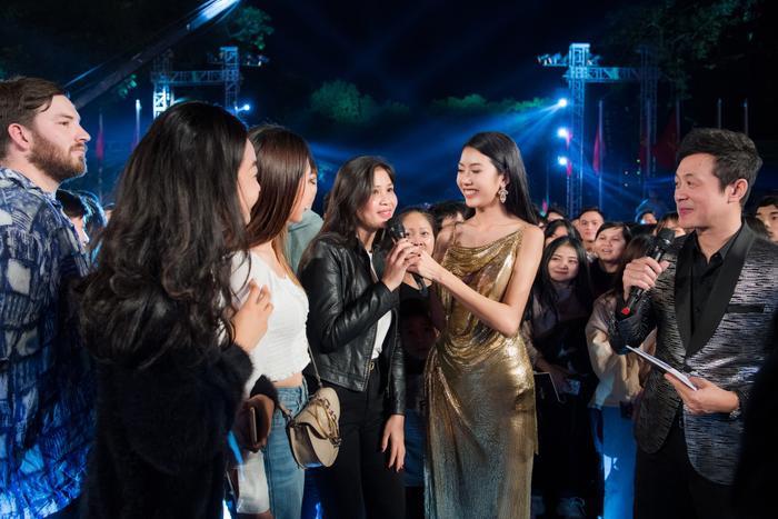 Á hậu Thúy Vân thay hai bộ váy quyến rũ, nhưng gặp sự cố bất ngờ đến te tua ảnh 8