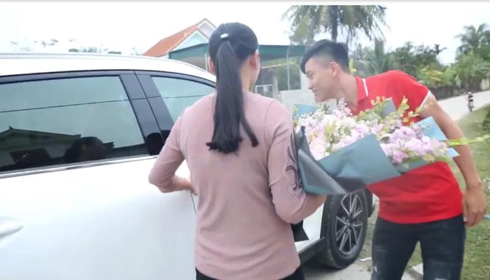 'Gương mặt vàng trong làng hiếu thảo' gọi tên những cầu thủ Việt: Người xây nhà khang trang, người mua hẳn ô tô tiền tỷ tặng cha mẹ