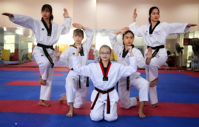 Là một VĐV chuyên nghiệp đã hơn 12 năm, Châu Tuyết Vân chẳng lại gì với việc thi đấu và tập huấn xa nhà. Mỗi năm vài lần cô phải bay sang nước khác thi đấu hàng tháng trời, chưa kể thời gian tập luyện khiến cô gần như không có thời gian để ở bên gia đình. Có lúc, thời gian về thăm gia đình của đả nữ Taekwondo trong một tháng chỉ vài ngày. Sau đó Châu Tuyết Vân lại lên đường với những thử thách và nhiệm vụ mới.