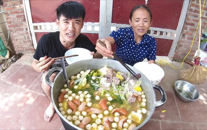 """Bà Tân từng chia sẻ, bà chọn nấu ăn để làm vlog vì theo bà """"đây là sở trường, cũng là công việc vẫn làm hàng ngày nên không có gì khó khăn cả."""" (Ảnh: Bà Tân Vlog)"""