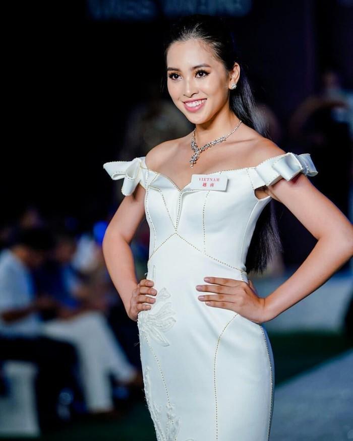 Đăng quang Hoa hậu Việt Nam 2018 vừa mới 18 tuổi, Trần Tiểu Vy có thời gian 3 tháng chuẩn bị để chinh chiến Miss World.
