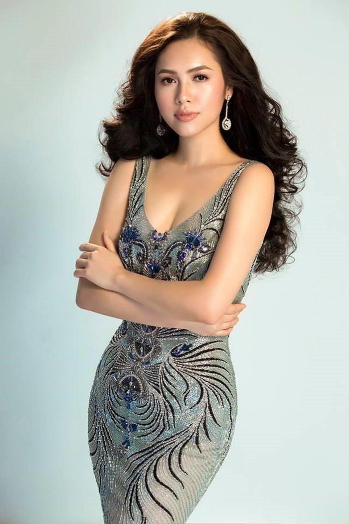 """Được biết đến là một trong những nhan sắc tri thức nổi bật của Việt Nam, không chỉ sở hữu bằng cấp """"khủng"""", Hoàng My còn là người đẹp đại diện Việt Nam tại hai cuộc thi lớn là Hoa hậu Thế giới 2012 và Hoa hậu Hoàn vũ 2011."""