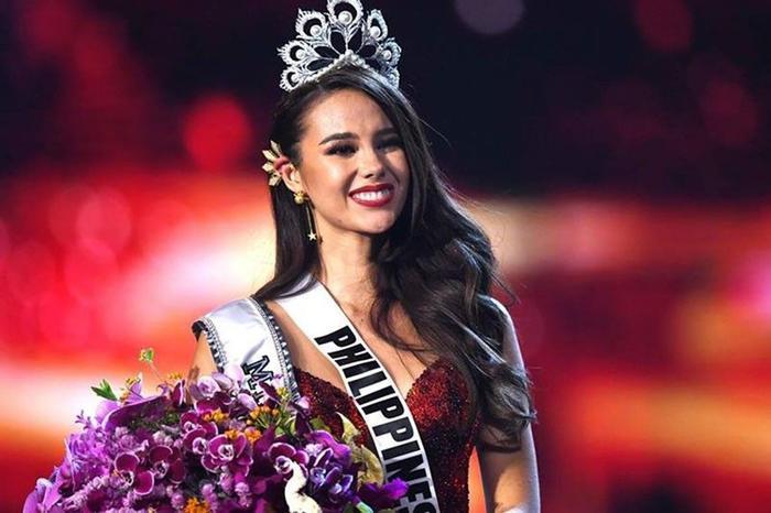 Catriona Gray đeo chiếc khuyên đặc biệt khi đăng quang Miss Universe 2018.