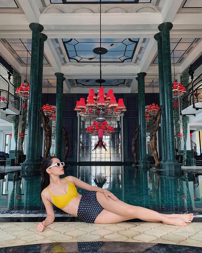 Lần khác lại khoe trọn đôi chân nuột nà cùng set bikini màu sắc nổi bật.