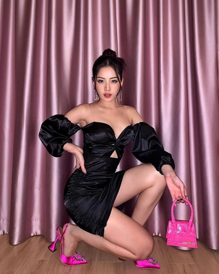 Chiếc túi Jacquemus màu hồng được nhiều tín đồ thời trang săn lùng trong thời gian qua cũng nằm trong tủ đồ của Chi Pu.