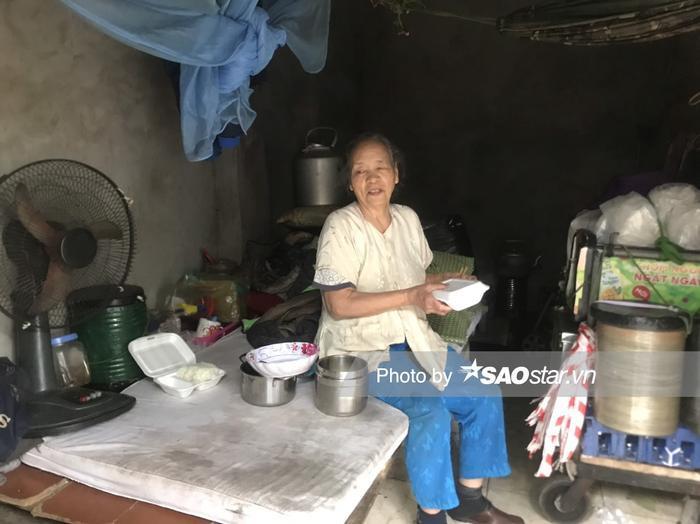 Bà Bình vội vã ăn suất cơm để chuẩn bị đi làm.