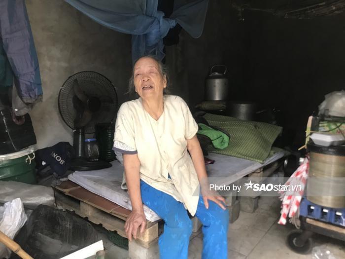 Bà Bình gắn bó với khu nhà trọ lụp xụp tại chợ Long Biên hàng chục năm nay.