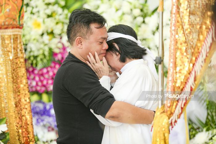 Vợ NSƯT Nguyễn Chánh Tín khóc nghẹn, đông đảo nghệ sĩ xót xa đưa tiễn ảnh 4
