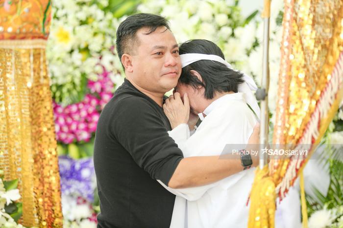 Bà liên tục khóc trước linh cữu của chồng.