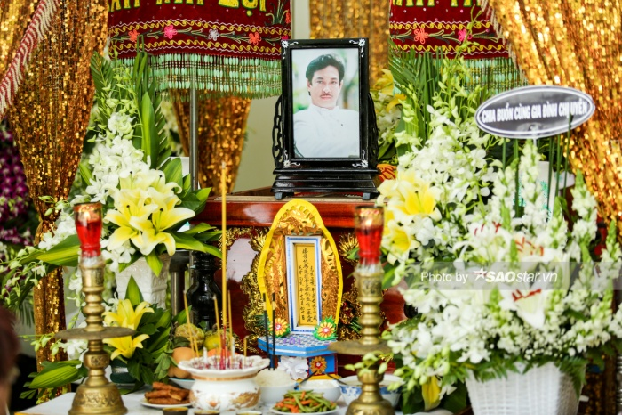 Linh cữu NSƯT Nguyễn Chánh Tín được đặt tại nhà riêng, được biết thi thể của ông đã được tẩm liệm để giữ lâu hơn, chờ đợi con trai từ Canada trở về.