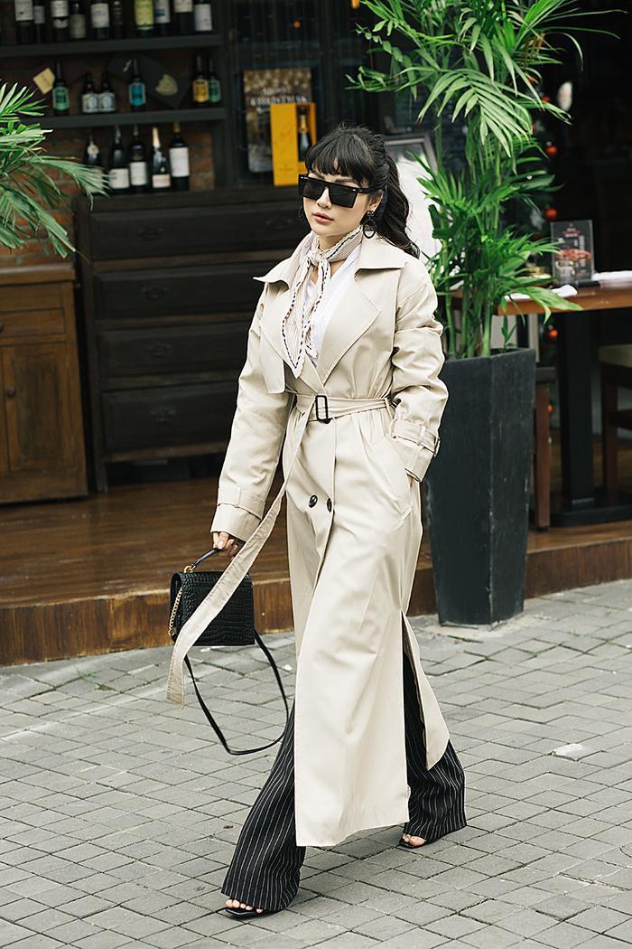"""Một trong những cách """"ăn gian"""" chiều cao mà cô sử dụng nhiều nhất chính là phối đồ cùng quần cạp cao ống suông dài phủ chân, đặc biệt chiếc quần có họa tiết kẻ sọc sẽ tạo hiệu ứng chân dài vô cùng hoàn hảo."""
