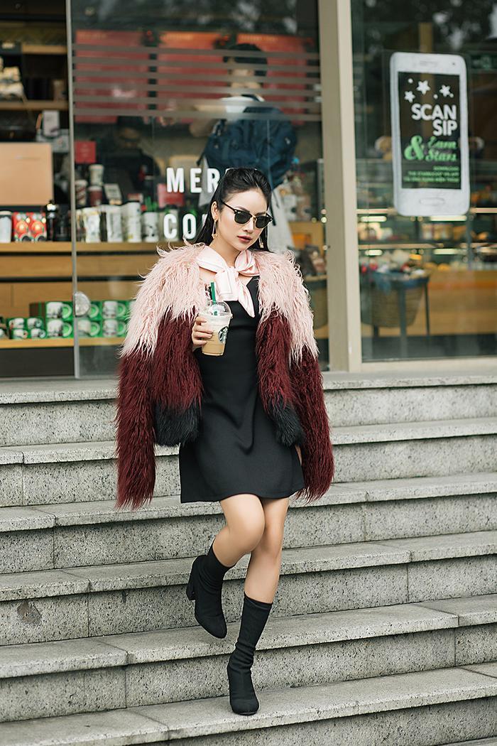 Diện áo lông dáng ngắn kết hợp với boot cổ thấp mang đến cho người diện vẻ ngoài vô cùng nổi bật. Kết hợp bên trong là một chiếc váy đơn giản ngắn trên gối, đặc biệt khi mix thêm mắt kính đen cùng tông trông bạn sẽ trendy hết nấc. Đây cũng là phong cách cô rất yêu thích trong những ngày thời tiết trở lạnh.