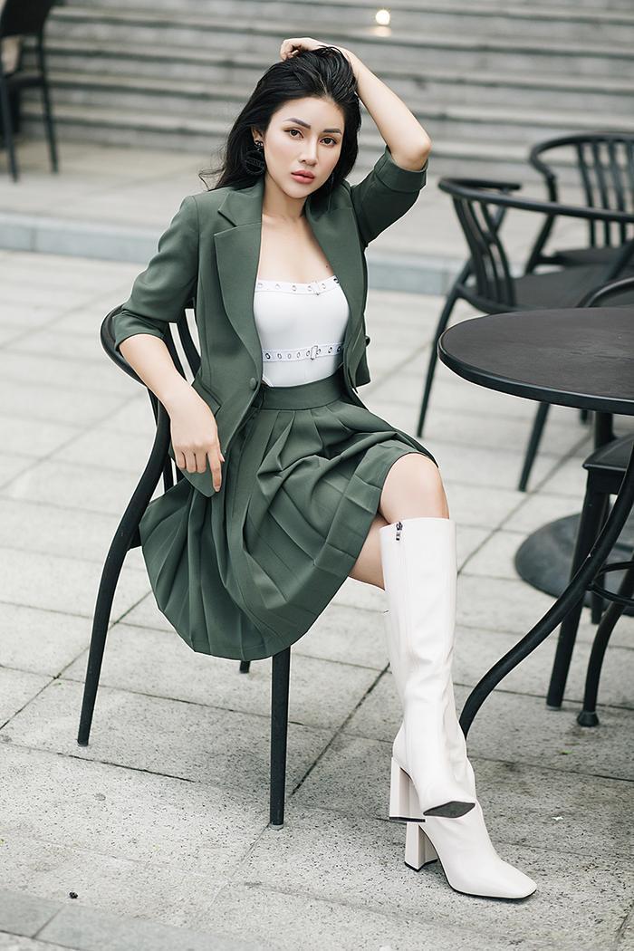 Với set đồ có gam màu trung tính, tạo cảm giác mạnh mẽ này cô kết hợp với áo body suit bên trong để thêm phần cá tính. Đôi boot cao trắng cùng tông với áo bên trong, nhấn nhá thêm đôi bông tai độc đáo để trông thật cool ngầu.