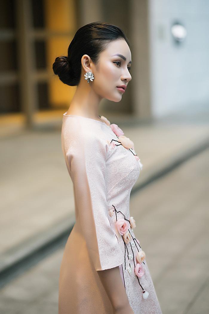 Kết hợp một đôi giày cao gót vừa tôn thêm dáng áo dài vừa giúp các nàng cao hơn rất nhiều.